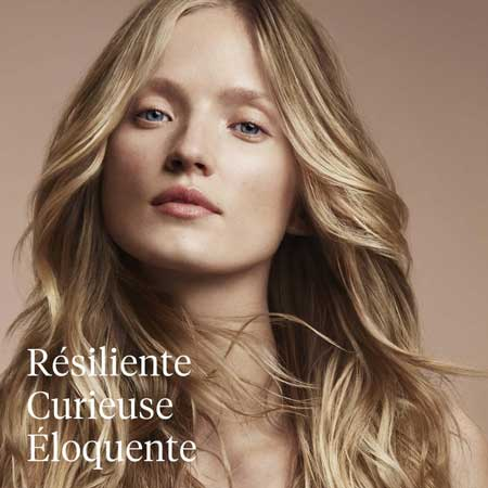 Aveda, salon de coiffure, femme au cheveux longs blonds