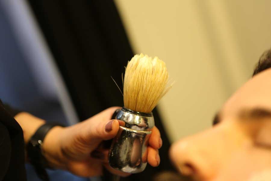 Barbier à la Roche sur Yon, main tenant un blaireau pour effectuer un rasage de barbe