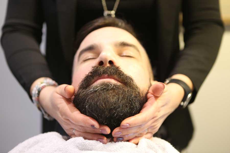 Barbier, client du salon les Essentielles recevant un soin de barbe