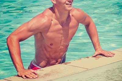 Epilation pour homme, homme torse nu dans piscine