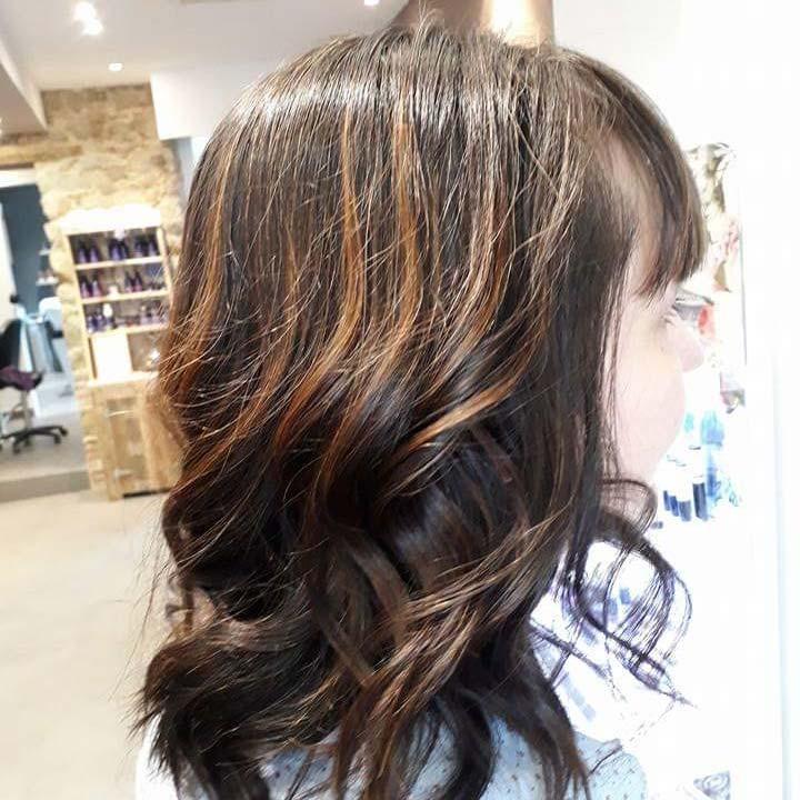 Salon de coiffure femmes, cliente de profil avec coloration végétale