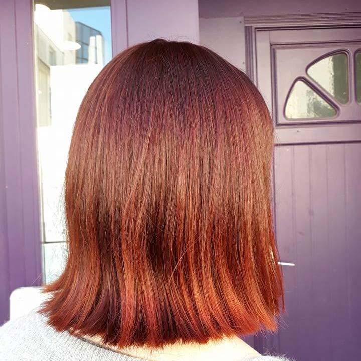 Salon de coiffure femmes, cliente de dos avec coloration végétale