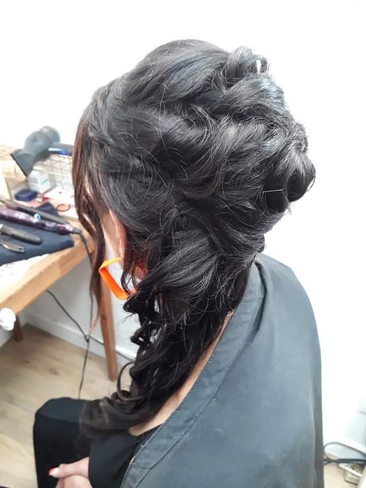 coiffure et maquillage pour mariage, coiffure de mariée d'une cliente du salon les Essentielles