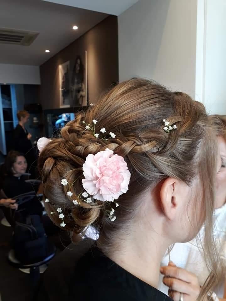 coiffure et maquillage pour mariage, chignon de mariée d'une cliente du salon les Essentielles