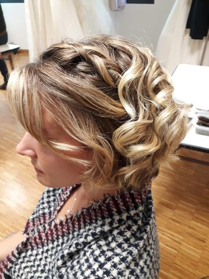 coiffure et maquillage pour mariage, coiffure de mariée d'une cliente assise au salon