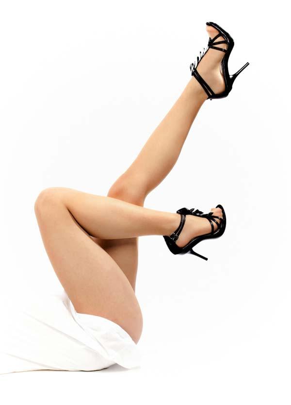 Epilation pour femme, jambe de femme avec chaussures noires