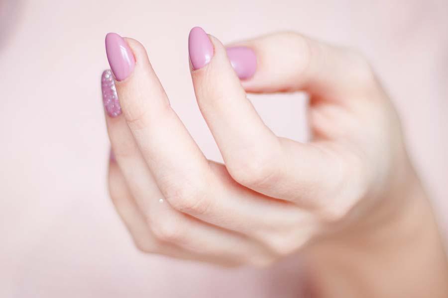 manucure soins des mains et des pieds, main avec vernis rose