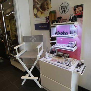 Maquillage bio miss W, meuble et etagere avec des produits de maquillage bio et une chaise grise miss W.