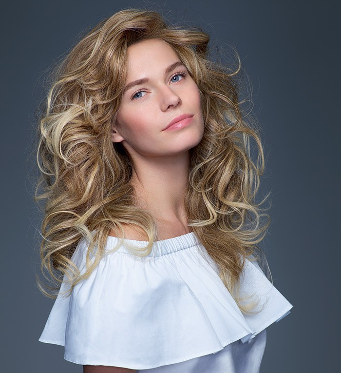 Chevelure de remplacement, femme avec perruque aux cheveux longs blonds et ondulés