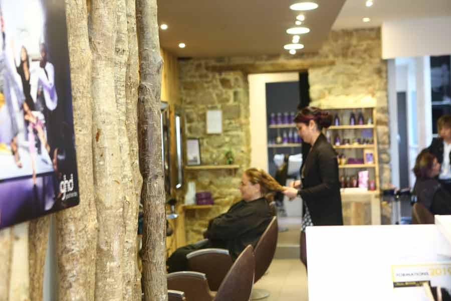 Salon de coiffure femmes, cliente avec coiffeuse