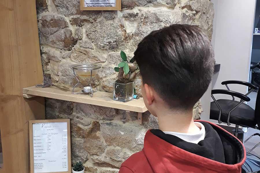Salon de coiffure, enfant de dos