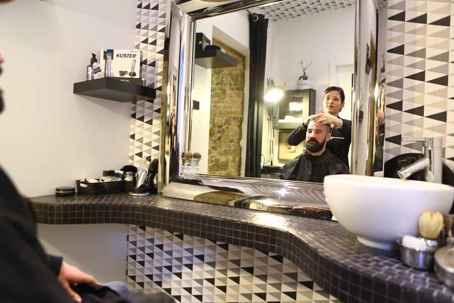Salon de coiffure à la Roche sur Yon, client assis avec coiffeuse.