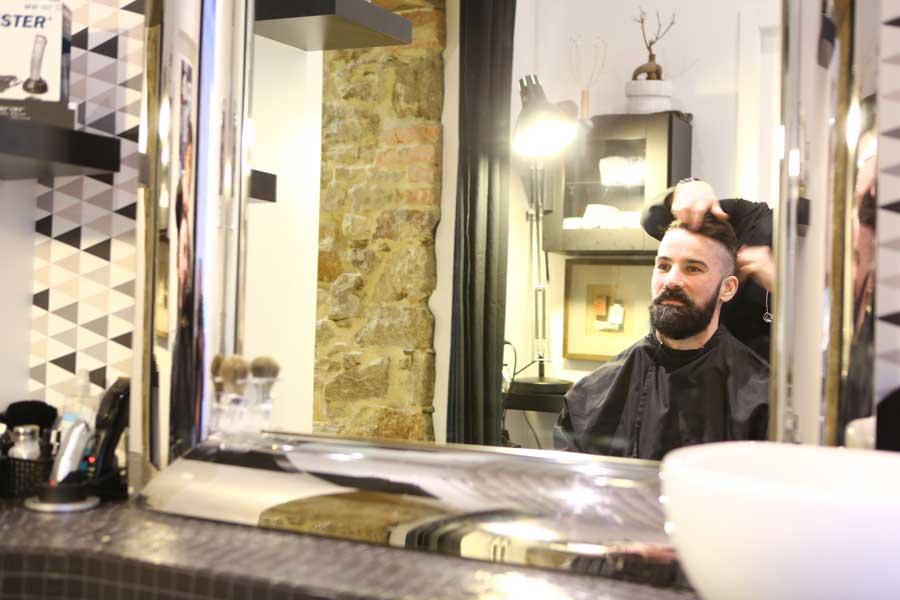 Salon de coiffure, client assis face miroir