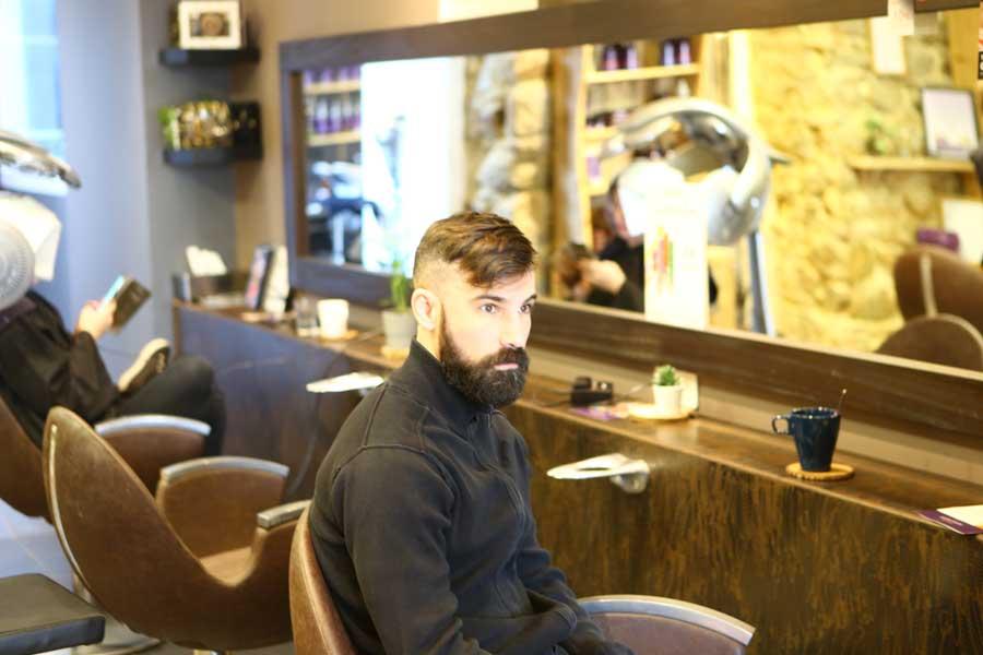 Salon de coiffure enfants, client barbu de profil