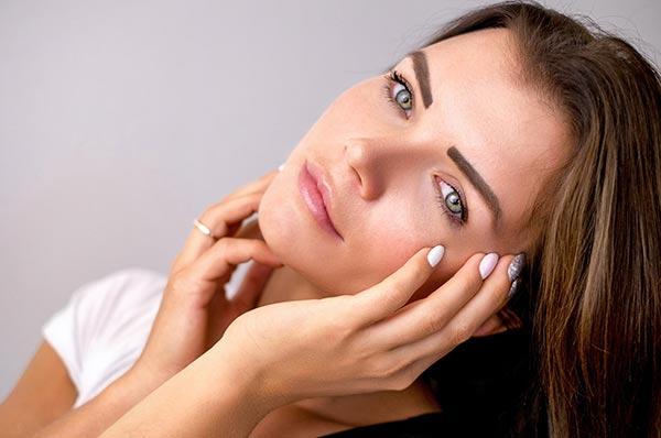 institut de beauté en Vendée, femme se caressant le visage.