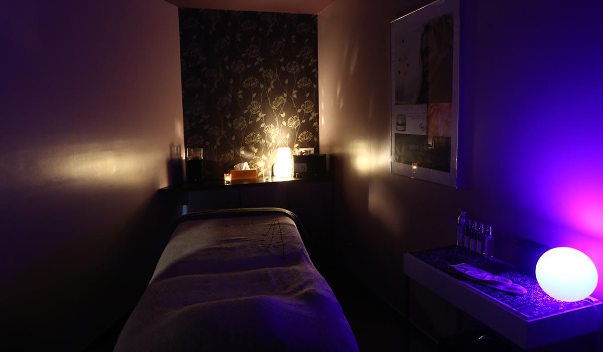 institut de beauté les essentielles, table de massage, lumière blanche tamisée